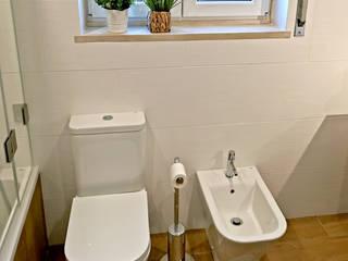 Sanita e bidé em casa de banho (Ribamar - Ericeira) Banheiros modernos por Decor-in, Lda Moderno Cerâmica