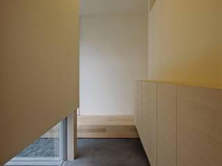 Scandinavian corridor, hallway & stairs by 空間建築-傳 Scandinavian