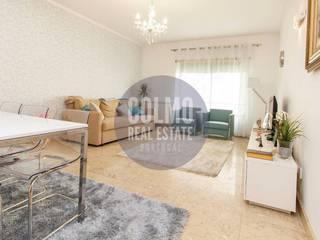 APARTAMENTO T2 + LUXO + VARANDA + GARAGEM + CONDOMÍNIO PARA VENDA @ PARQUE DAS NAÇÕES Salas de estar modernas por Colmo Real Estate Moderno