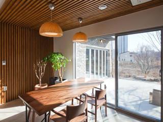 Столовая комната в стиле модерн от 위드하임 Модерн