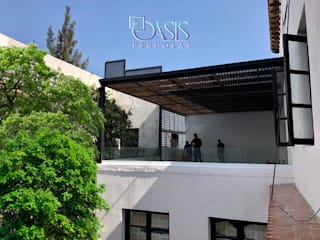 Modern Balkon, Veranda & Teras Oasis Pérgolas Modern