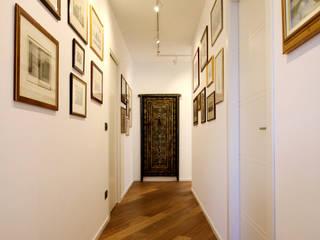 Appartamento in Torino Ingresso, Corridoio & Scale in stile classico di BULBUS LIGHTING STUDIO Classico