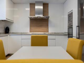 Cocina abierta al salón, blanca con encimera sensa colonial white de Suarco Moderno