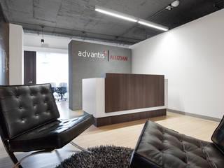 Oficinas Advantis/Aluzian entrearquitectosestudio Pasillos, vestíbulos y escaleras de estilo industrial Compuestos de madera y plástico Blanco