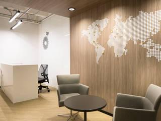 Oficinas British Petroleum BP entrearquitectosestudio Pasillos, vestíbulos y escaleras de estilo moderno Compuestos de madera y plástico Acabado en madera