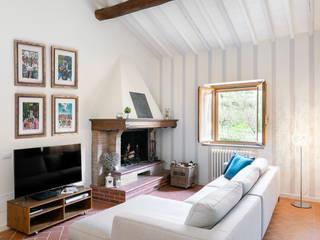 Salas de estar ecléticas por B+P architetti Eclético