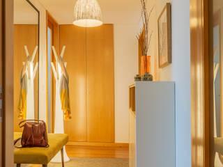 Pasillos, vestíbulos y escaleras modernos de ShiStudio Interior Design Moderno