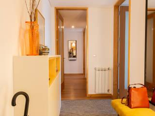 Pasillos, vestíbulos y escaleras escandinavos de ShiStudio Interior Design Escandinavo