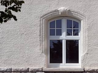 por Kneer GmbH, Fenster und Türen Moderno