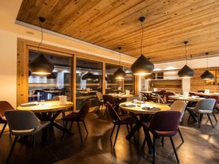 Il ristorante gourmet del Monaco Sport Hotel a Santo Stefano di Cadore (BL) Sala da pranzo moderna di Roberto Pedi Fotografo Moderno