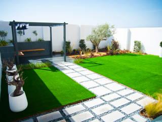REMANSO DE PAZ PARA FAMILIA INGLESA EN PANTANO DE CUBILLAS (GRANADA) Landscapers Jardines de estilo moderno