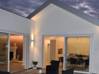 casa R.F. Balcone, Veranda & Terrazza in stile moderno di michelepiccolo+partners Moderno