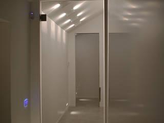 casa R.F. michelepiccolo+partners Ingresso, Corridoio & Scale in stile moderno