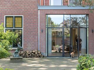 Transformatie van kantoor naar woonhuis Moderne huizen van Kraal architecten Modern