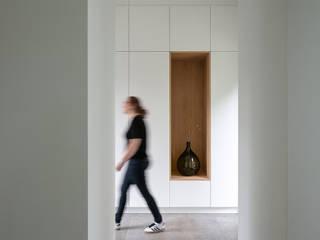 Klassiek pand met moderne uitbouw Moderne gangen, hallen & trappenhuizen van Kraal architecten Modern