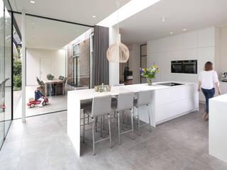 Klassiek pand met moderne uitbouw Moderne keukens van Kraal architecten Modern