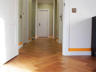 Отделка интерьера трехкомнатной квартиры в Коммунарке Коридор, прихожая и лестница в эклектичном стиле от ВАШ МАСТЕРЪ строительно-отделочная компания Эклектичный