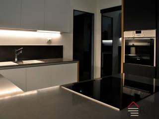 Fusione di due appartamenti e creazione di un unico appartamento di 106 mq a Milano, Porta Romana Cucina moderna di RMA srl - Ristrutturazioni da ManuAle Moderno