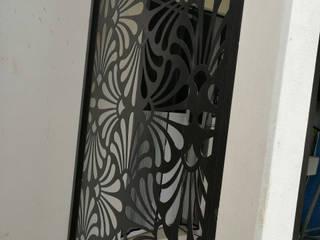 Protección con puerta abatible Centros de exposiciones de estilo moderno de Plasma Reja Moderno
