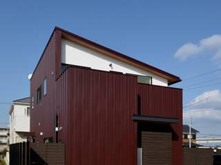 あかがねの家 の トミオカアーキテクトオフィス モダン