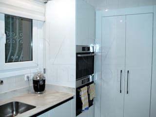 Modern Kitchen with integrated handle in glossy white Casa Interior Built-in kitchens White