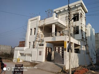 This Duplex house Was Constructed by Kamalam Construction - House Construction, Building Construction, Interior Designer, Architect and Civil Construction Contractor Company in Lucknow. Classic style houses by Kamalam Construction Classic
