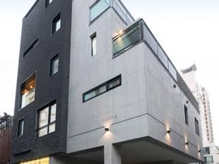 """노출콘크리트가 아름다운 광안동 """"일상하우스"""" by (주)심지건축종합사사무소 모던"""