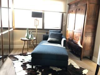 Reforma de un piso con un estilo atemporal y neutro Ismael Blázquez | MTDI ARQUITECTURA E INTERIORISMO Pasillos, vestíbulos y escaleras de estilo ecléctico Madera maciza Gris