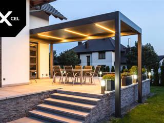 Balcone, Veranda & Terrazza in stile moderno di XCEL Fence Moderno