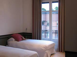 Piso en la Bonanova Dormitorios infantiles de estilo clásico de DyD Interiorismo - Chelo Alcañíz Clásico