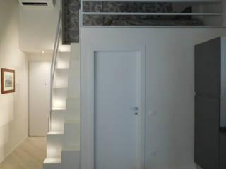 Couloir, entrée, escaliers minimalistes par Studio di Architettura IATTONI Minimaliste