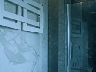 White & Brown: Classico Imperiale Bagno in stile classico di Teresa Romeo Architetto Classico