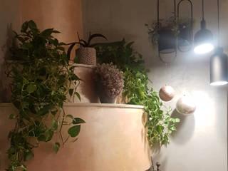 Biofilia nel Restyling di un camino di Teresa Romeo Architetto Tropicale