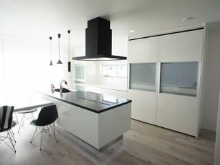 シンプルモダン モノトーンのハイセンスな家 モダンな キッチン の プロジェクトホーム モダン
