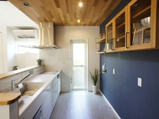 自然素材 吹き抜けのある平家 モダンな キッチン の プロジェクトホーム モダン