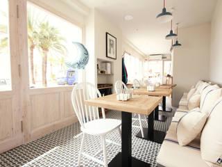 Cafetería puerto Jávea: Mira Luna Gastronomía de estilo mediterráneo de HoffmannWehr | Arquitectura y diseño interior Mediterráneo