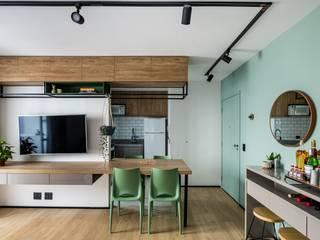 Apartamento Compacto para aluguel em tons neutros sem perder a personalidade Studio Elã Salas de jantar industriais Madeira Verde