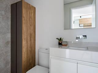 Apartamento Compacto para aluguel em tons neutros sem perder a personalidade Studio Elã Banheiros escandinavos Pedra Branco