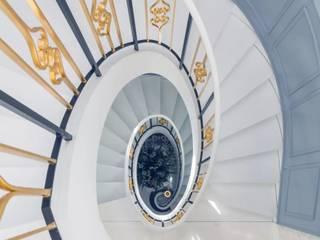 C&M Media Pasillos, vestíbulos y escaleras de estilo rural Madera maciza Azul