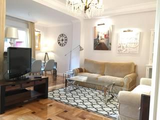 Rejuvenece tu casa, conviertiéndola en un hogar acogedor Ismael Blázquez | MTDI ARQUITECTURA E INTERIORISMO Salones de estilo clásico Madera maciza Beige