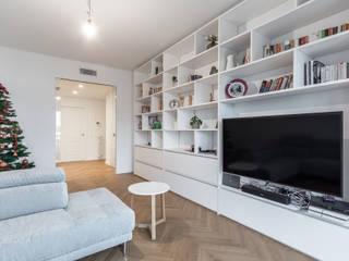 Ristrutturazione appartamento Via Ovada - Milano Sala multimediale moderna di CasaProgettata.it Moderno
