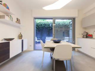 Ristrutturazione appartamento 115 mq Via Delfico - Milano Sala da pranzo moderna di CasaProgettata.it Moderno