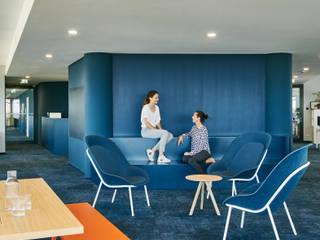 INpuls interior design & architecture Minimalist corridor, hallway & stairs Blue
