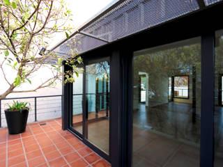 Una vivienda sustentable entre medianeras Balcones y terrazas modernos: Ideas, imágenes y decoración de Ba75 Atelier de Arquitectura Moderno