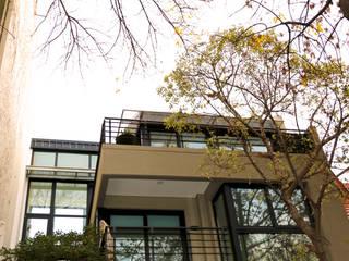 Una vivienda sustentable entre medianeras de Ba75 Atelier de Arquitectura Moderno