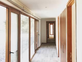 Casa Camus Pasillos, vestíbulos y escaleras modernos de ATELIER3 Moderno