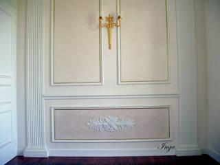 CORNICI IN GESSO PER PARETI Ingresso, Corridoio & Scale in stile classico di INGA Classico