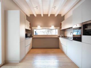 Marianna Porcellato Porvett Modern kitchen Beige