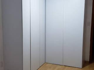 Closet blanco en escuadra puertas de piso a techo de Cocinas y Closets Design Studio Minimalista