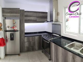 Cocina en escuadra con isla Lombardia y negro al alto brillo de Cocinas y Closets Design Studio Minimalista